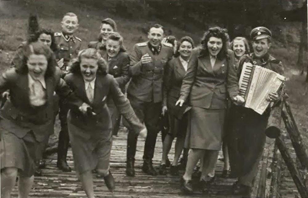 Karl-Hoecker-album-Laughing-at-Auschwitz-(1)d.jpg